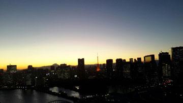 事務所のバルコニーから見た夕方の光景